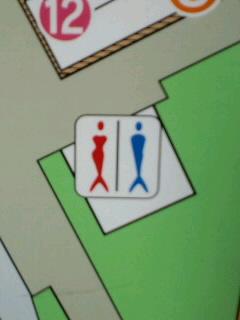 海の近くのトイレ看板